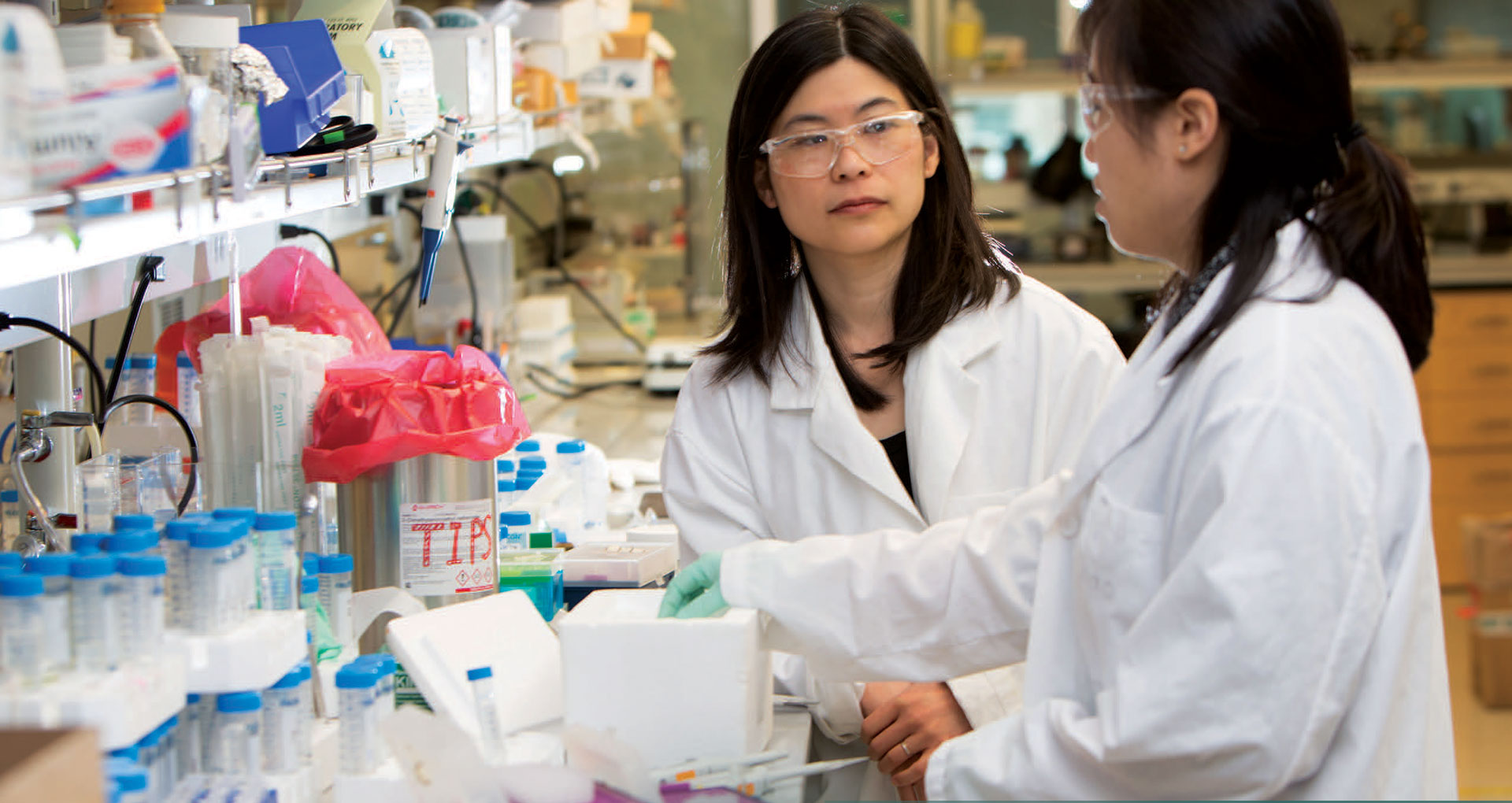Suzie Pun and student working in lab
