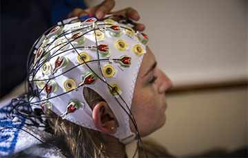 a brain-computer interface based on an electroencephalogram (EEG) cap